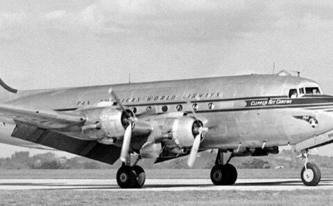 El avión que aterrizó 37 años después de despegar.