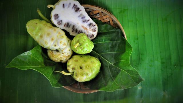 Noni, la fruta polinesia que asombra por sus grandes propiedades